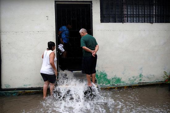 إخراج المياه من داخل المنازل