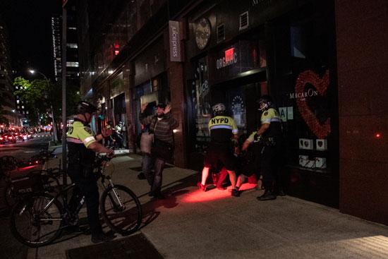 ضباط نيويورك يعتقلون أحد المتظاهرين