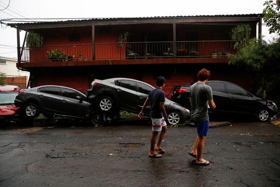 سيارات متضررة جراء العاصفة