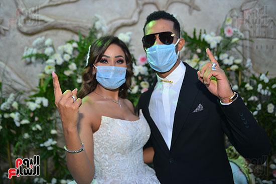 محمد رمضان و شقيقته العروسة يشيران بعلامة نمبر وان
