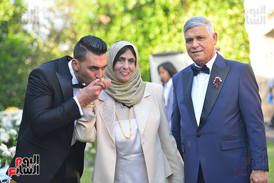 والد العريس ووالدته والعريس