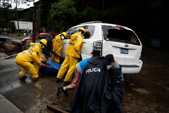 رجال الحماية المدنية تساعد سيارة عالقة جراء الأمطار