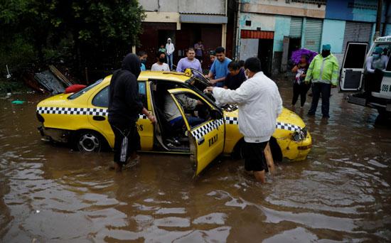 سيارة اجرة عالقة جراء مياه الامطار