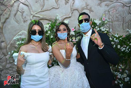 محمد رمضان و شقيقته العروسة ومروة صديقة العروسة يشيرون بعلامة نمبر وان