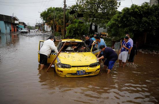 سيارة عالقة فى مياه الامطار