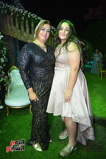 المهندسة صافى حامد شقيقة العريس و إبنتها
