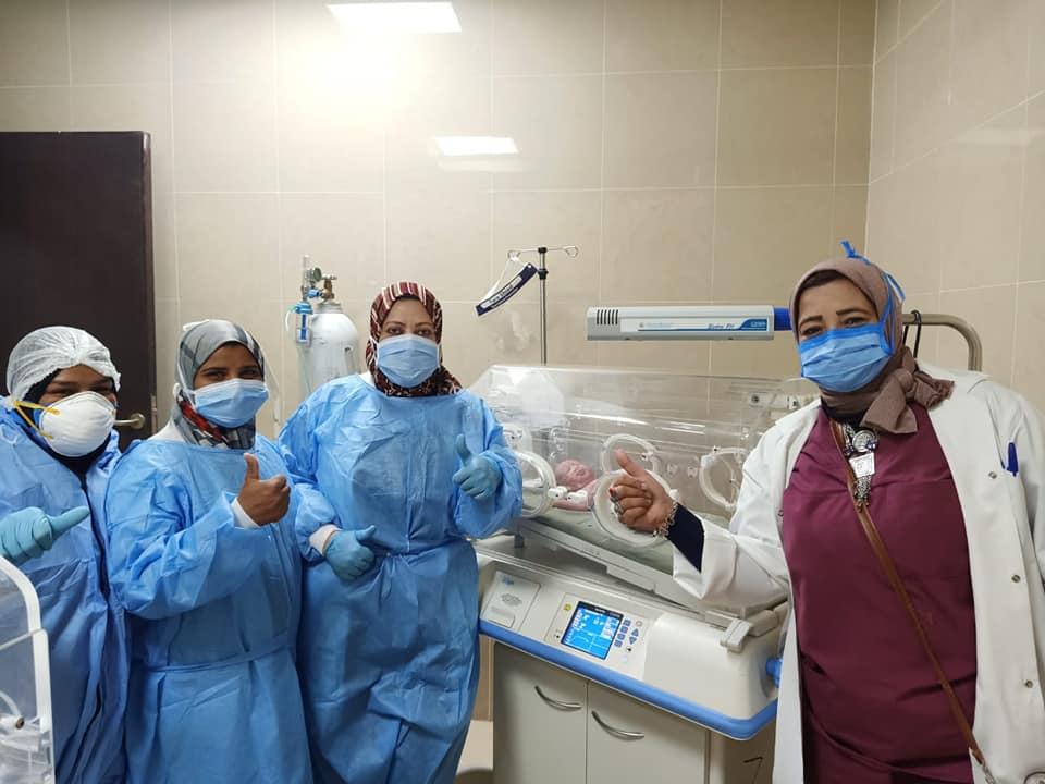 فرحة الفريق الطبى بعد إجراء ثامن ولادة بالمستشفى