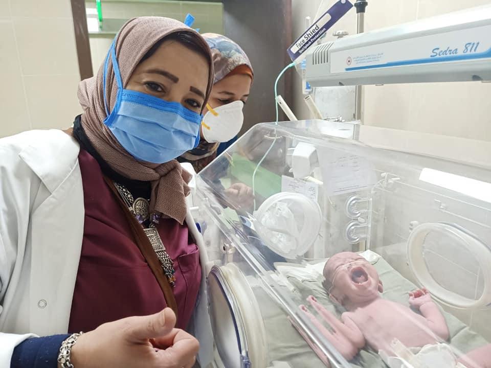 فرحة الفريق الطبى بعد إجراء ثامن عملية ولادة بالمستشفى