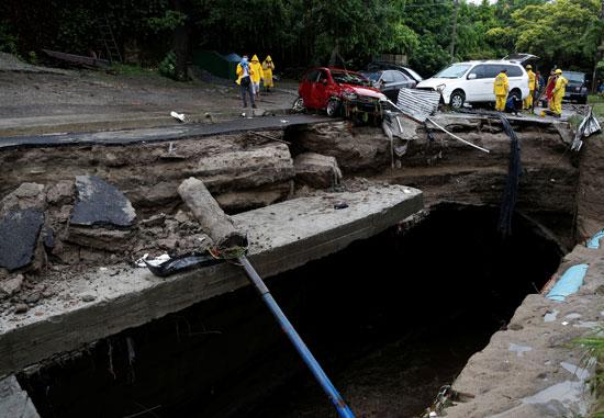 انهيارات أرضية جراء الاعصار