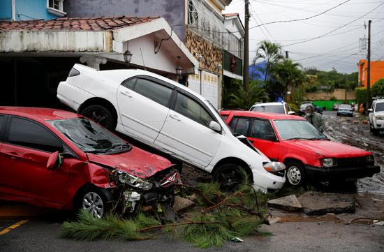 تضرر سيارات جراء الإعصار الشديد