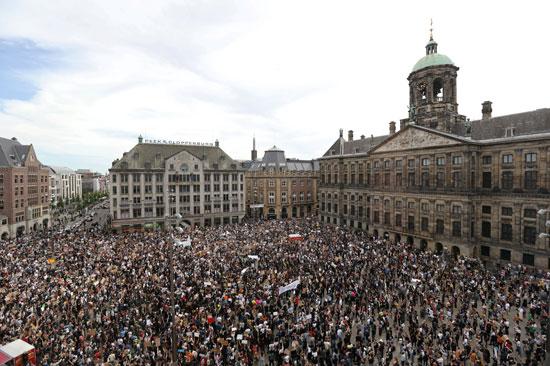 مئات المتظاهرين فى أمستردام