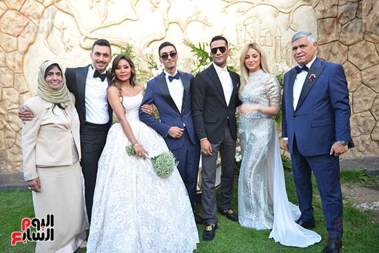 محمد رمضان وسط العروسين و الأسرة