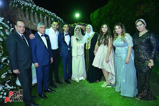 أسرة العريس حسام حامد مع والدة محمد رمضان خلال حفل الزفاف