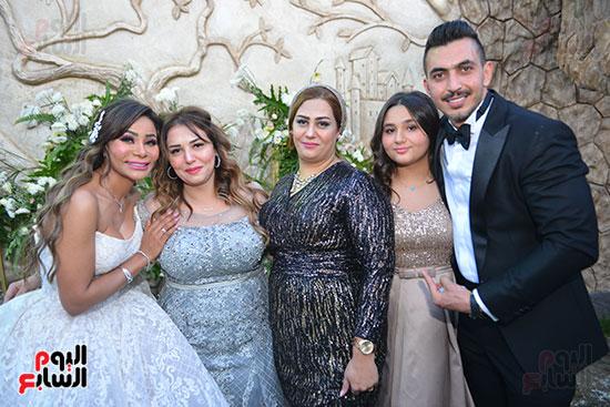الدكتورة جيهان وصافى شقيقة العريس والعروسان