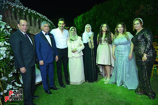 أسرة العريس حسام حامد مع والدة محمد رمضان