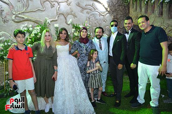 محمد رمضان يتوسط أصدقاء العريس حسام