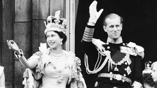 لو يتوج فيليب  مع الملكة إليزابيث