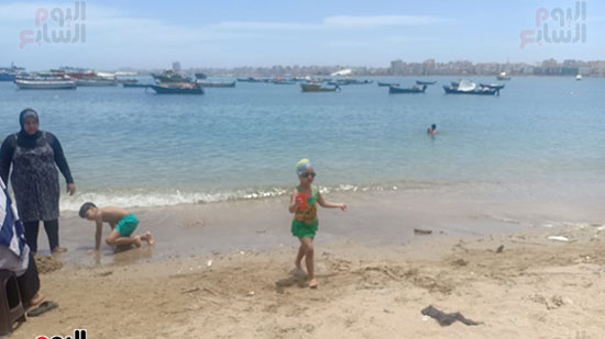 تجمعات المواطنين على شواطئ الإسكندرية (8)