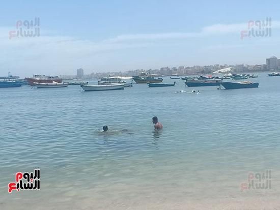 تجمعات المواطنين على شواطئ الإسكندرية (1)