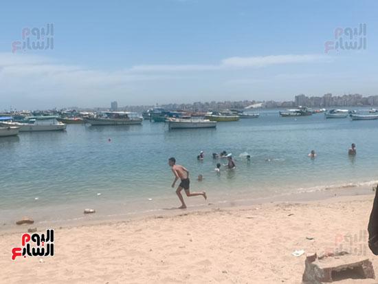 تجمعات المواطنين على شواطئ الإسكندرية (4)