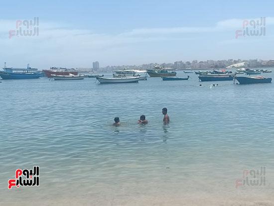 تجمعات المواطنين على شواطئ الإسكندرية (10)
