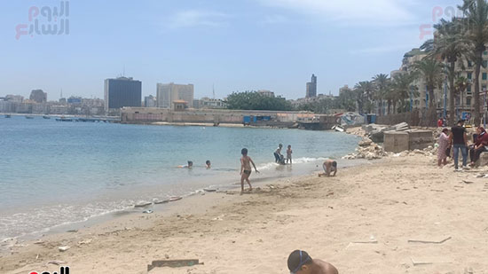 تجمعات المواطنين على شواطئ الإسكندرية (12)
