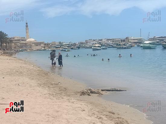 تجمعات المواطنين على شواطئ الإسكندرية (7)