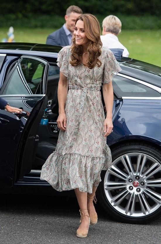 كيت في فستان فلوري