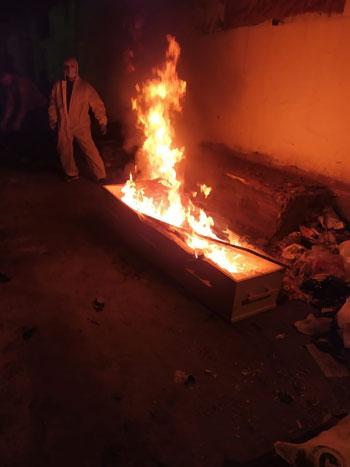 اثناء دفن جثمان المتوفاه بكورونا بمقابر عائلتها بالمحلة (2)