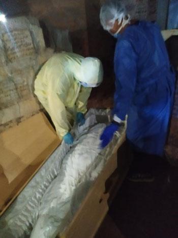 اثناء دفن جثمان المتوفاه بكورونا بمقابر عائلتها بالمحلة (3)