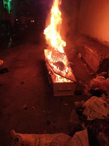 اثناء دفن جثمان المتوفاه بكورونا بمقابر عائلتها بالمحلة (5)