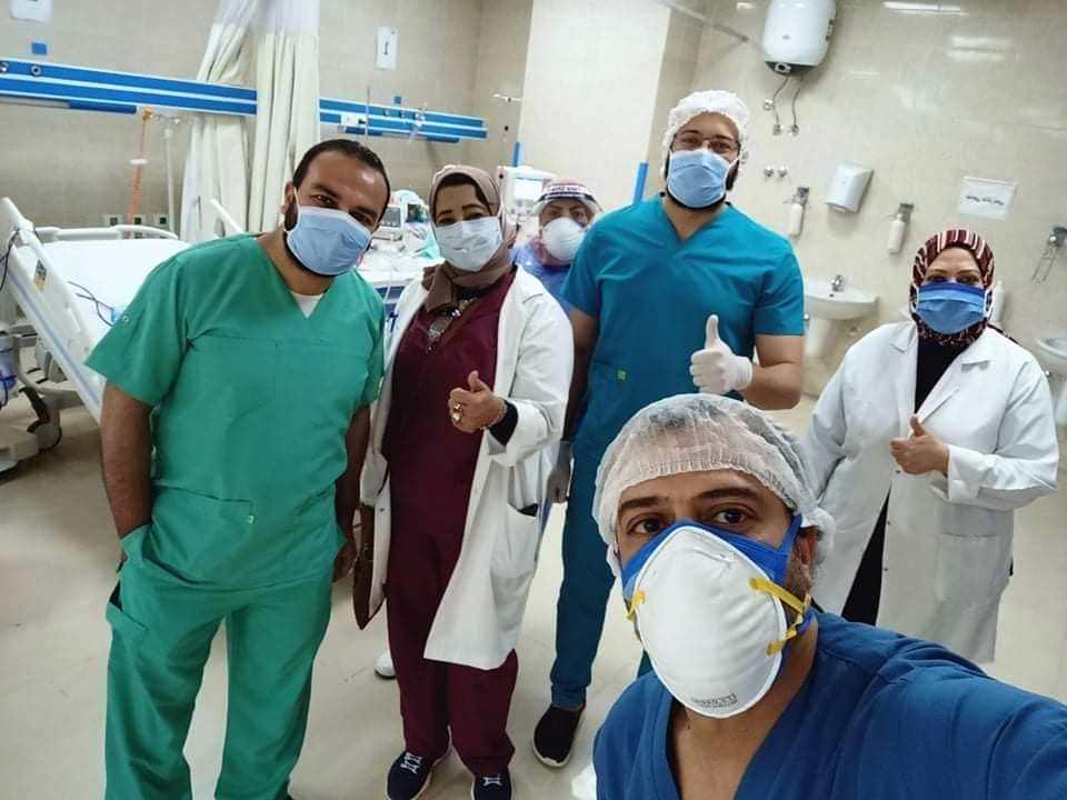 فريق المستشفى خلال جلسات غسيل كلوى لـ3 حالات بصورة ناجحة