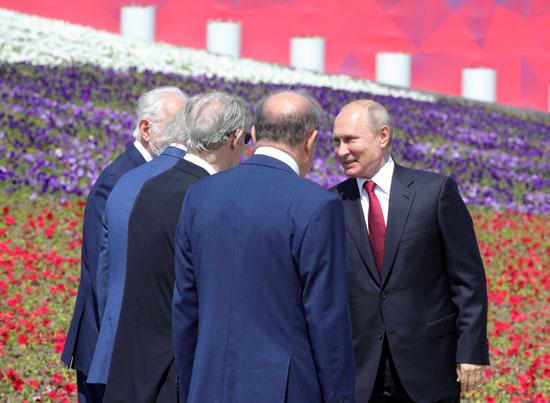 بوتين يستقبل المهنئين