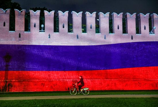 علم روسيا يزين جدار الكرملين