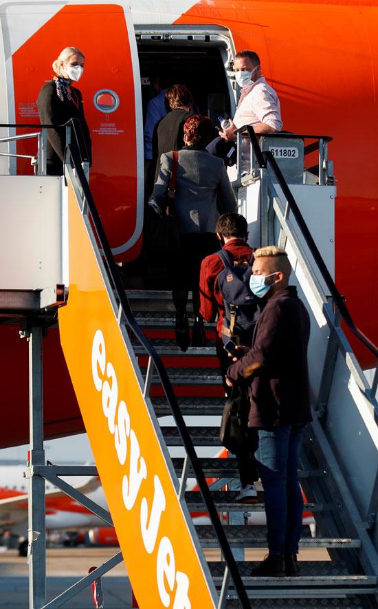 الركاب فى مطار جاوتك بريطانيا
