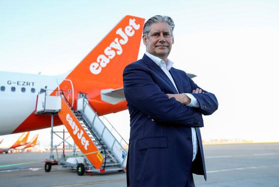 الرئيس التنفيذي لشركة إيزي جيت يوهان لوندغرين أمام طائرة الشركة في مطار جاتويك