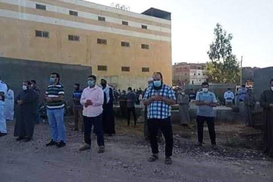 أهالى المندورة بكفر الشيخ يشيعون جثمان أحد ضحايا كورونا  (3)