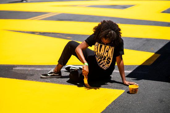 أحد الفنانين يستخدم الفرشاة باللون الأصفر