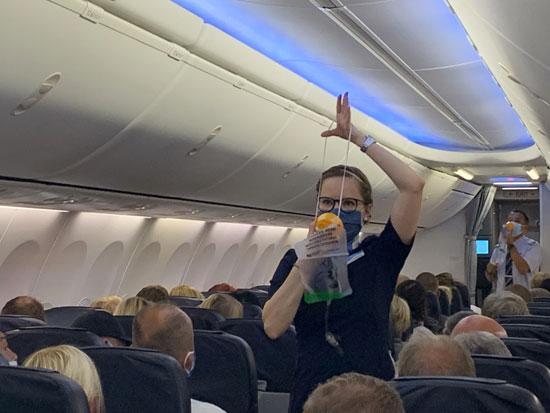مضيفة بمطار دوسلدورف فى ألمانيا تشرح للركاب أدوات الوقاية