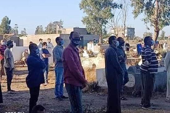 أهالى المندورة بكفر الشيخ يشيعون جثمان أحد ضحايا كورونا  (2)