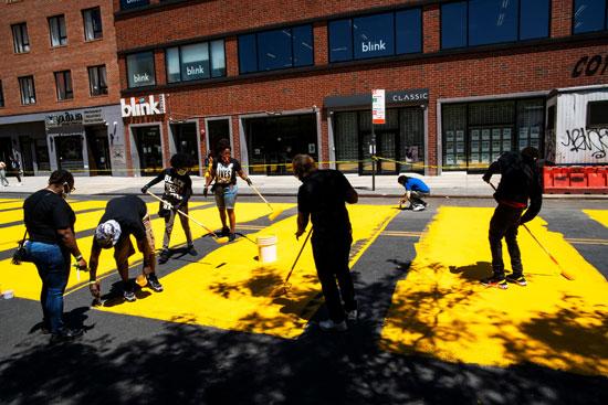 الفنانون يضعون اللون الأصفر على الأرض
