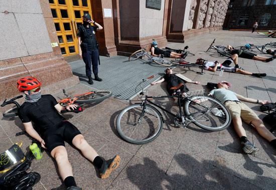 المتظاهرون مستلقون على الأرض أمام مبنى المدينة