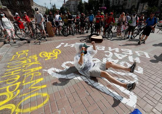 المتظاهرون يرسمون على الأرض