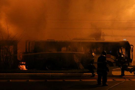 قوات الأمن تحاول السيطرة على الحرائق
