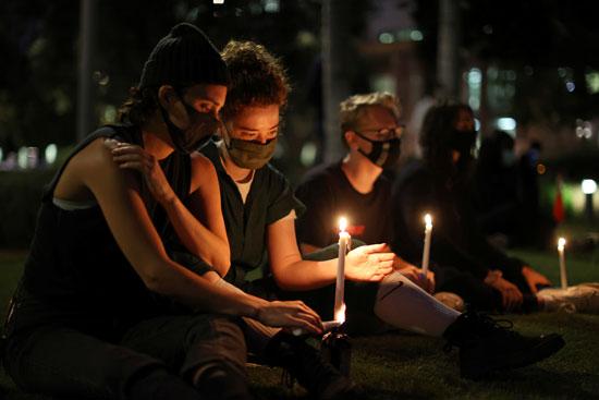 عاملات الرعاية الصحية يحملن الشموع خلال الوقفة