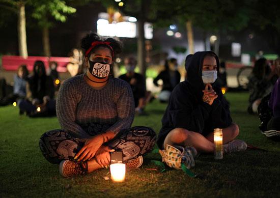 عاملات بالرعاية الصحية بلوس أنجلوس خلال الوقفة الاحتجاجية