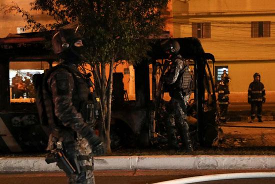 قوات الأمن البرازيلية  تقف بوسط الطريق