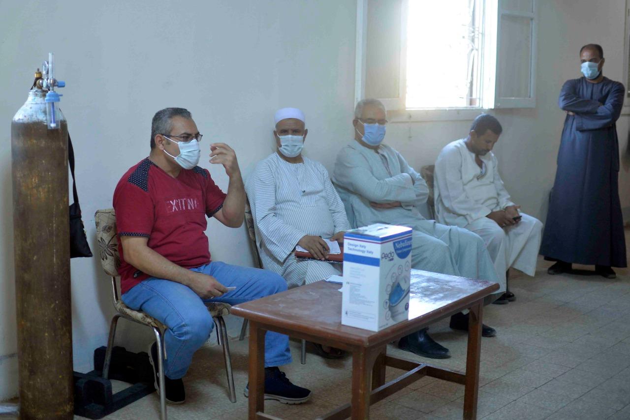 دورة تدريبية بقرية طفنيس للمتطوعين وطلبة الطب لمتابعة حالات العزل المنزلى  (1)