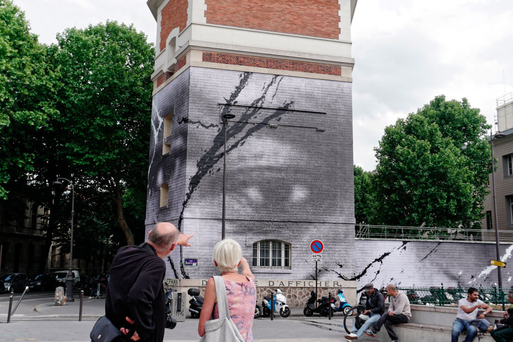 جدارية لرفض العنصرية فى فرنسا