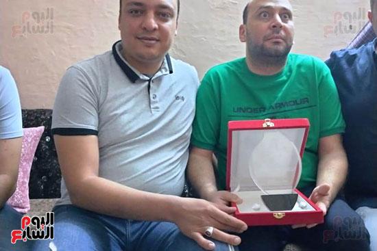 شباب كفر الشيخ يكرمون الطبيب البطل محمود سامى (1)